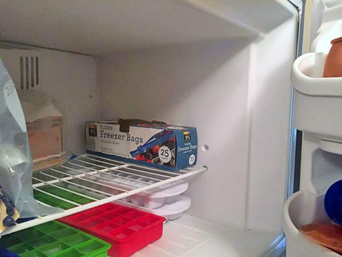 Кто-нибудь, расскажите моей подруге, как пользоваться пакетами для заморозки. | Фото: Onedio.