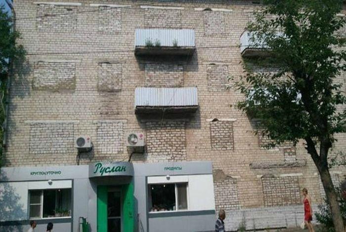 «Если вы умеете проходить сквозь стены, вам будет комфортно на этих балкончиках!» | Фото: MainFun.Ru.
