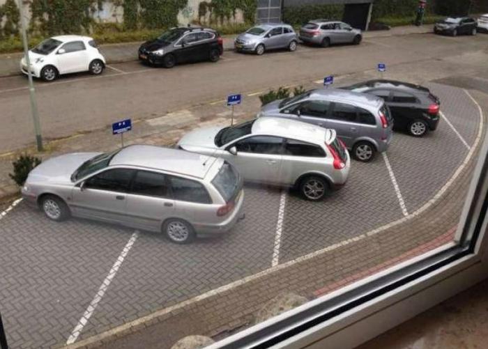 Странная парковка.