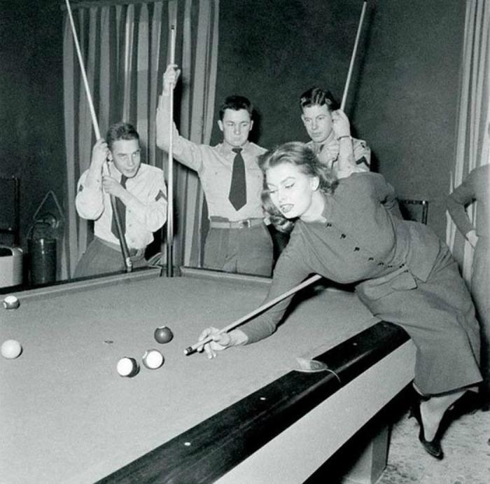 Софи Лорен играет в бильярд с американскими солдатами, 1954 год.
