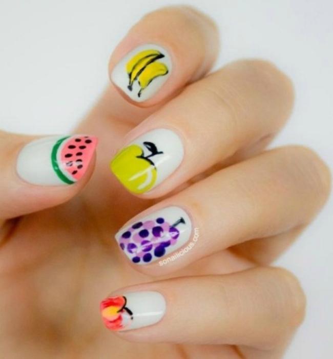 Изображения летних ягод и фруктов на ногтях.