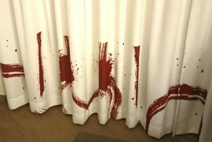Кровавые занавески или просто показалось?