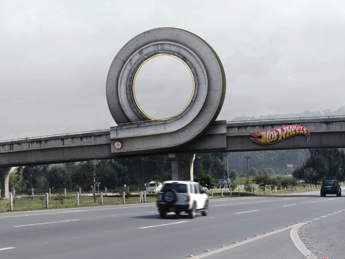 Гоночный трек, прикрепленный к мосту: реклама игровых наборов Hot Wheels.