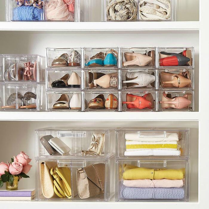 Пластиковые контейнеры в шкафу. | Фото: Take your vitamins.