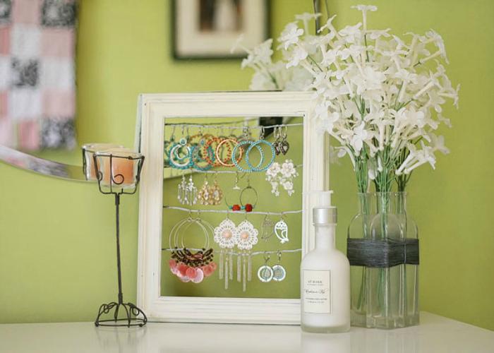 Подставка для украшений, сделанная из лески и рамки для фотографий.