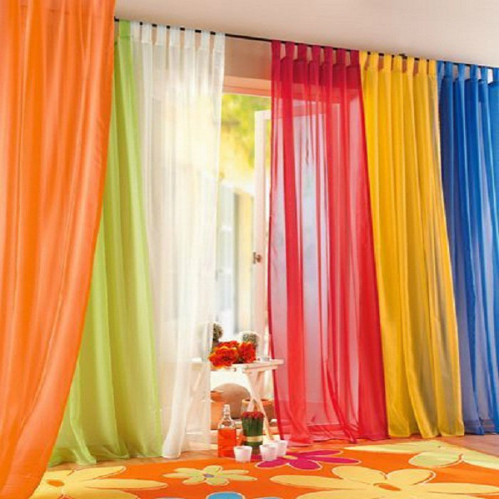 Прозрачные тюли ярких цветов добавят интерьеру оригинальности.