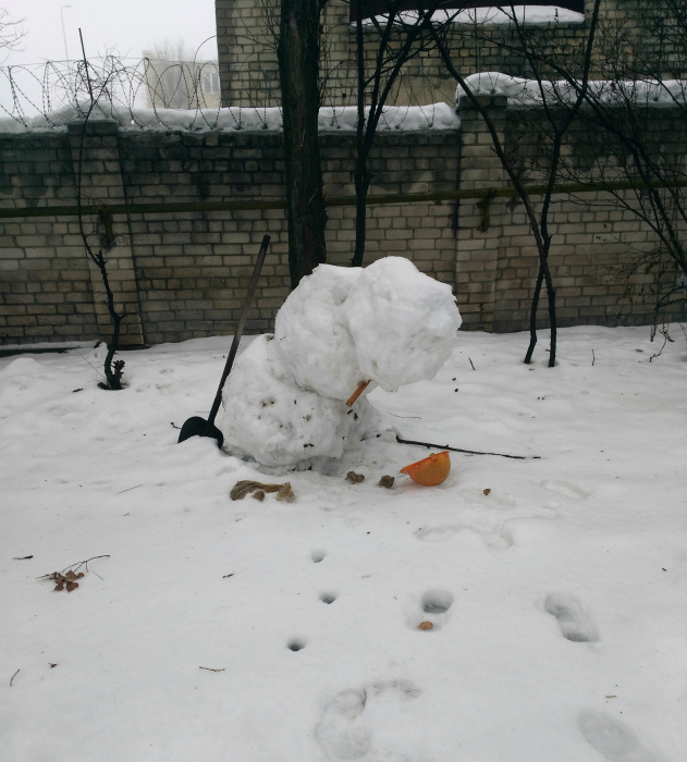 Кажется, снеговику грустно. | Фото: Pikabu.