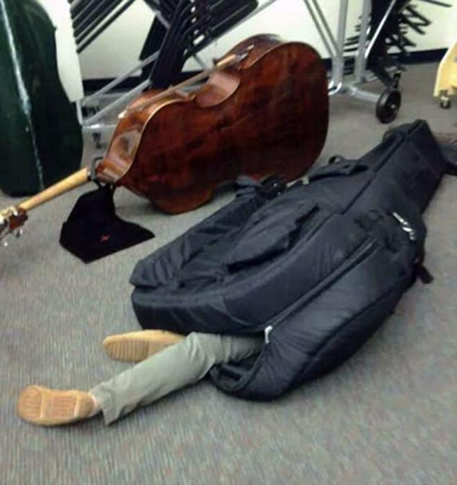 Музыкант в чехле.