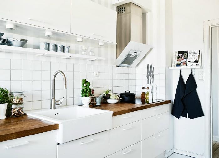 Простая, функциональная и светлая кухня, выполненная в белом цвете с использованием только натуральных материалов.