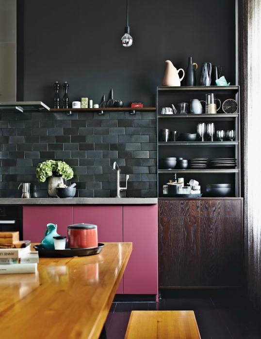 Черный цвет в интерьере кухни.