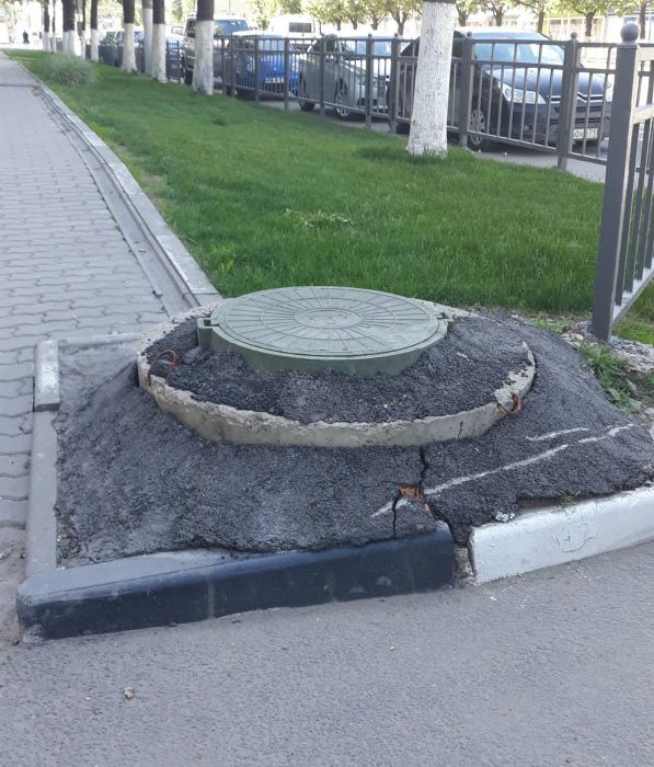 Канализационный люк в виде могилы.