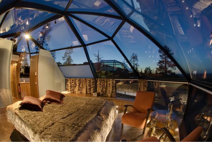 Восхитительная спальня со стеклянным потолком в виде полусферы.