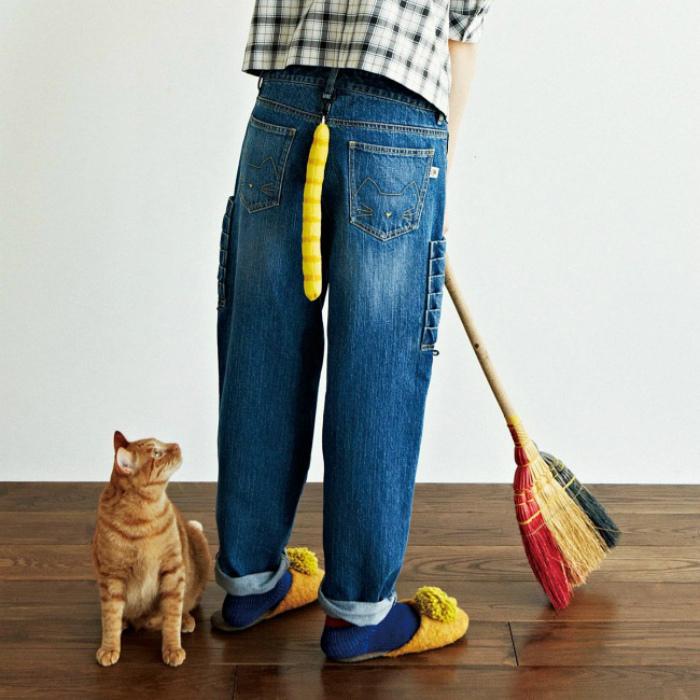 Джинсы с кошачьим хвостиком.
