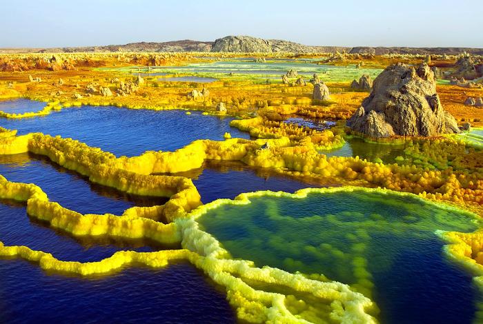 Неземные пейзажи озера, которое образовалось при сильном взрыве вулкана Далол.