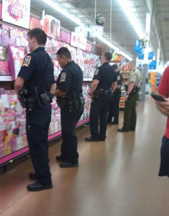 Странное скопление полицейских.