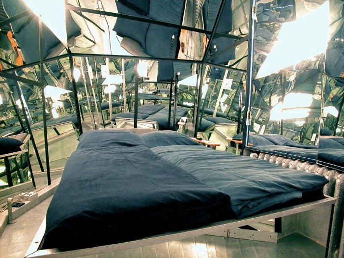 Спальня с зеркальными стенами.