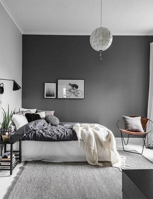 Аскетичная спальня в серых тонах.