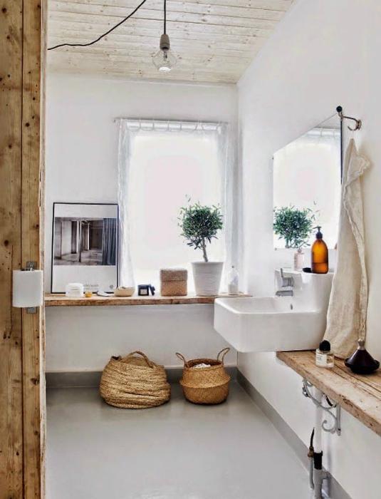 Деревянные элементы в ванной комнате.