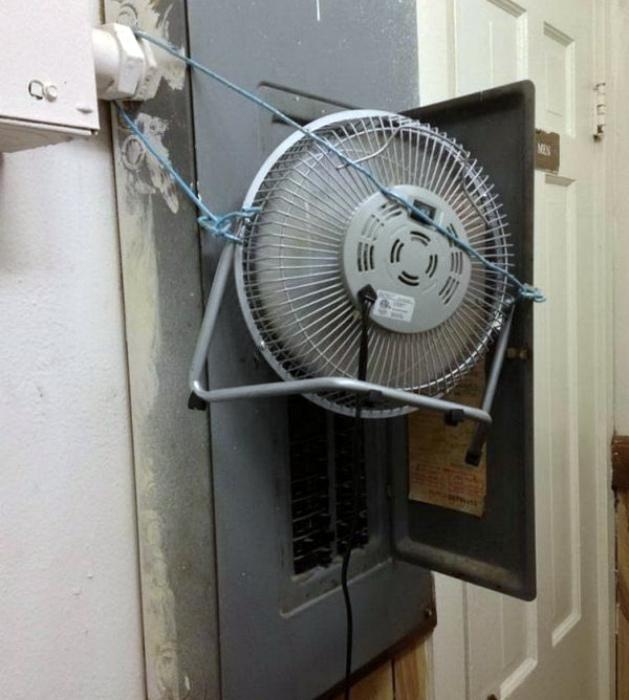 Сложная система из вентилятора и веревок.
