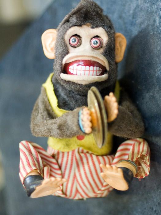 Ужасающая обезьянка, издающая оглушительные звуки.