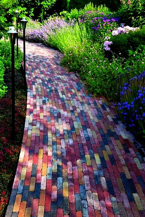 Дорожка из цветных плиток. | Фото: Decor Inspirator.