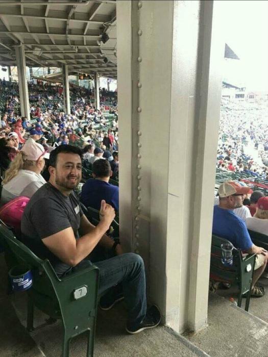 Счастливый владелец «лучшего» места на стадионе. | Фото: fishki.net.