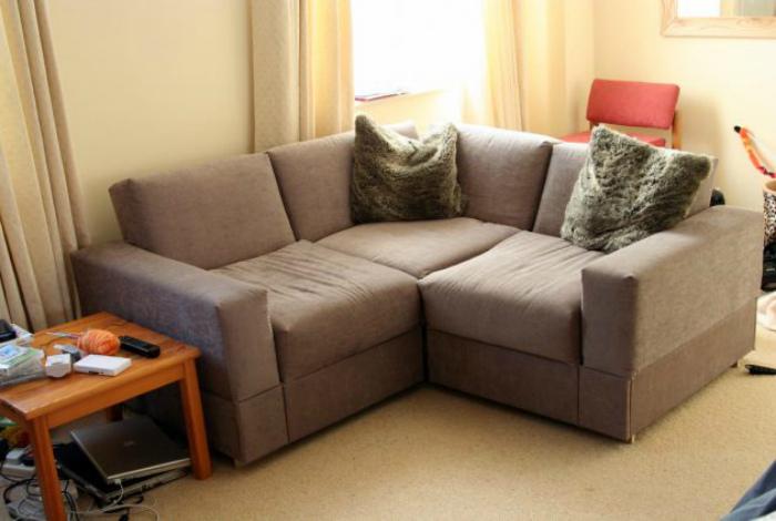 Раскладной диван вместо кровати. | Фото: Лайфхакер.