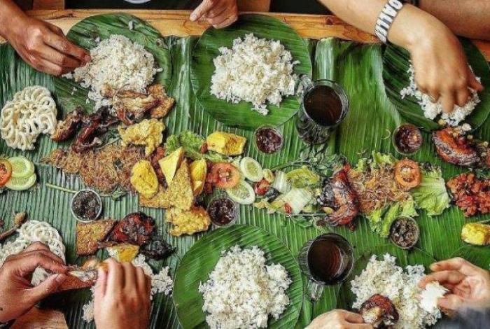 Блюда в банановых листьях. | Фото: TribunLampung Travel.