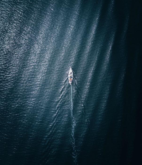 И море, и лодочка... Все в одной дырке на диване. | Фото: Reddit.