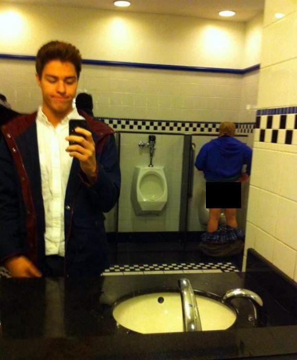 Фото в общественном туалете.