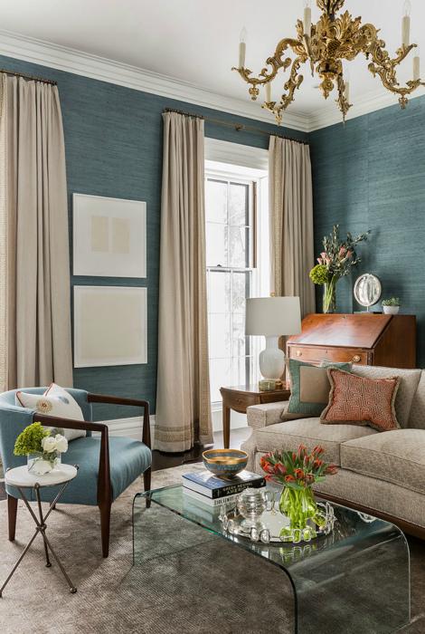 Гостиная с серо-голубыми фактурными обоями.