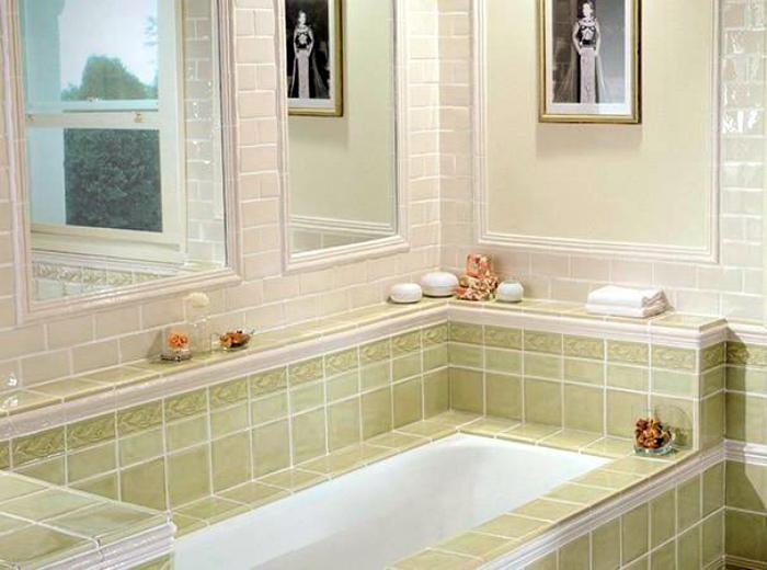 Керамический бортик над ванной. | Фото: Zonavannoi.Ru.