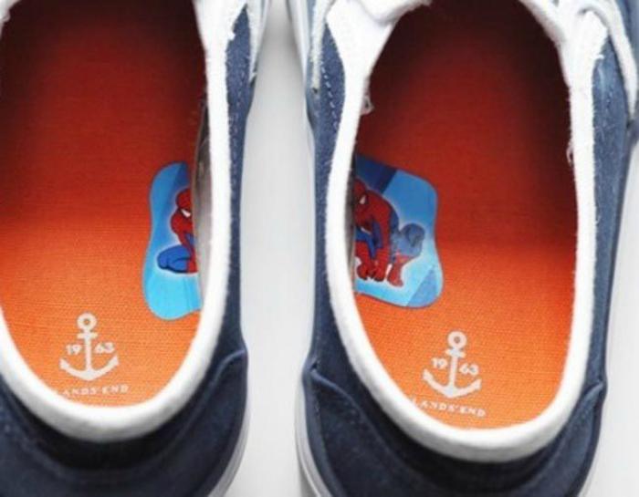 Чтобы ребёнок понимал на какую ногу ему следует надеть ботиночек, наклейте внутри каждого по половинке одной картинки.