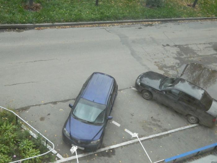 Человек, который припарковал машину явно презирает правила.