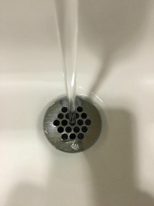 Не выходил из туалета, потому что смотрел, как вода стекает в отверстие. | Фото: Pholder.