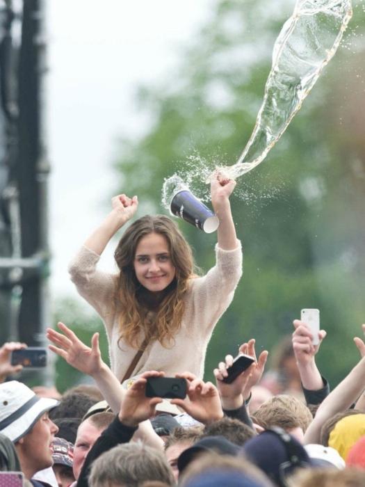 Весело улыбающаяся девушка еще не знает, что через мгновение для нее начнется дождь из содовой.