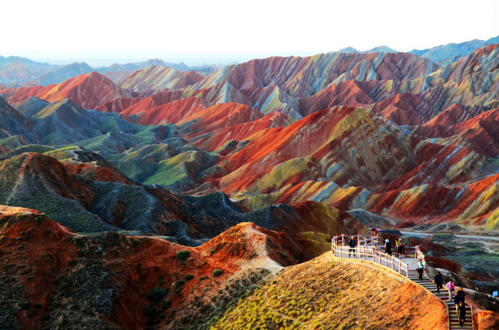 Геологический парк Данься с разноцветными и причудливыми скалами, которые образовались в результате работы ветра и воды с осадочными породами.