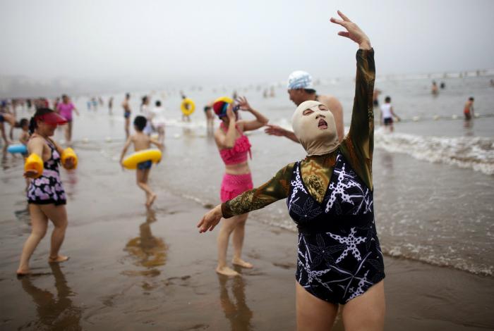 Забавная женщина на пляже.