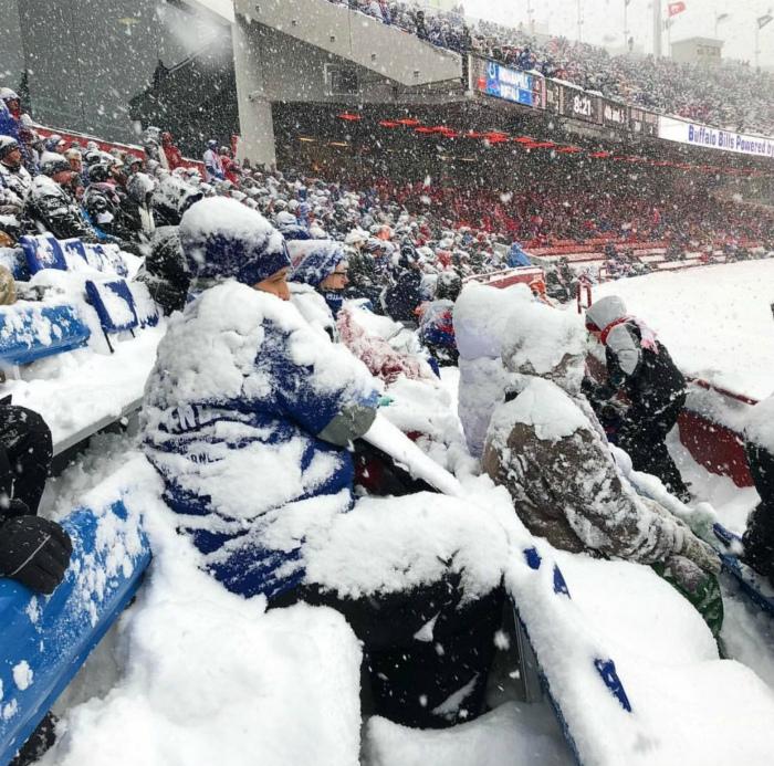 Преданные болельщики под снегом. | Фото: Reddit.