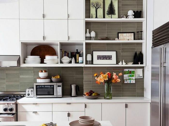Открытые полки на кухне. | Фото: YellowHome.ru.