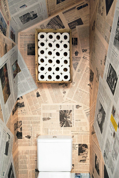 Газеты на стенах. | Фото: Moon Dandelion.