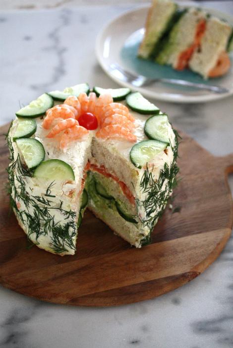 Бутербродный торт со сливочным сыром и копченой рыбой.