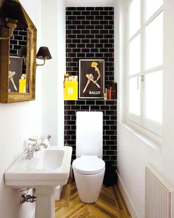 Контрастный дизайн маленького туалета. | Фото: AranyaWiwake.com.