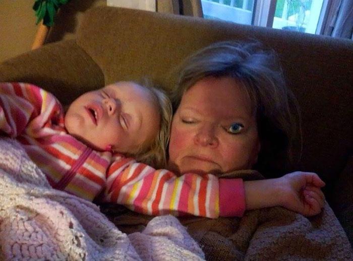 Теперь мама не спит, даже когда спит. | Фото: Onedio.