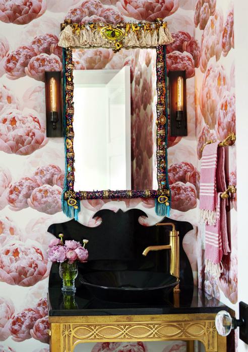 Фотообои с цветущими пионами в интерьере ванной комнаты.