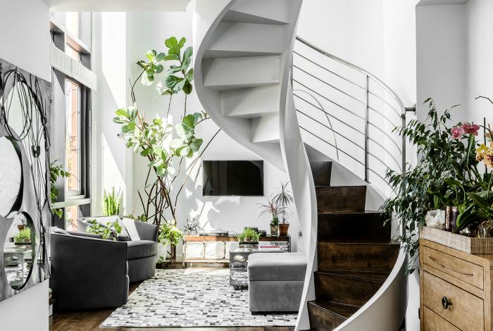 Спиральная лестница с деревянными ступенями.
