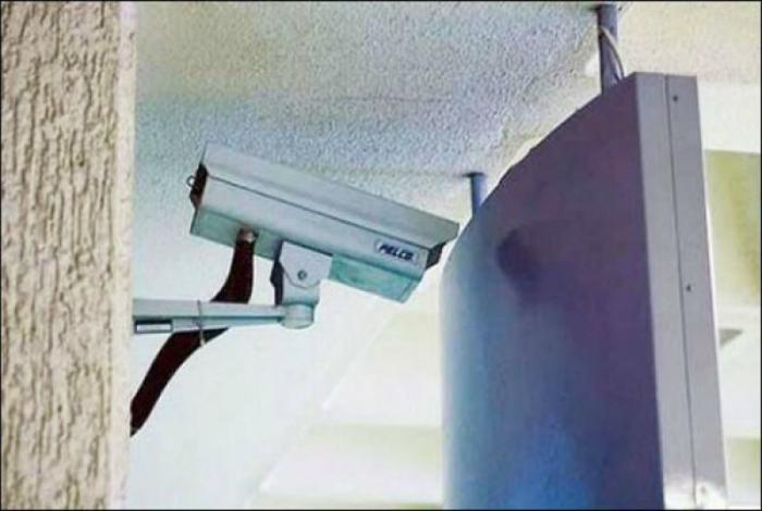 Эта камера следит за этой стеной, чтоб она ничего не натворила.