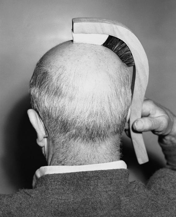 Щетка сконструирована для людей с лысиной – щетина щетки предназначена для причесывания и чистки висков, а мягкая губка из фетра – для деликатного массажа верхней части головы. 1950 год.