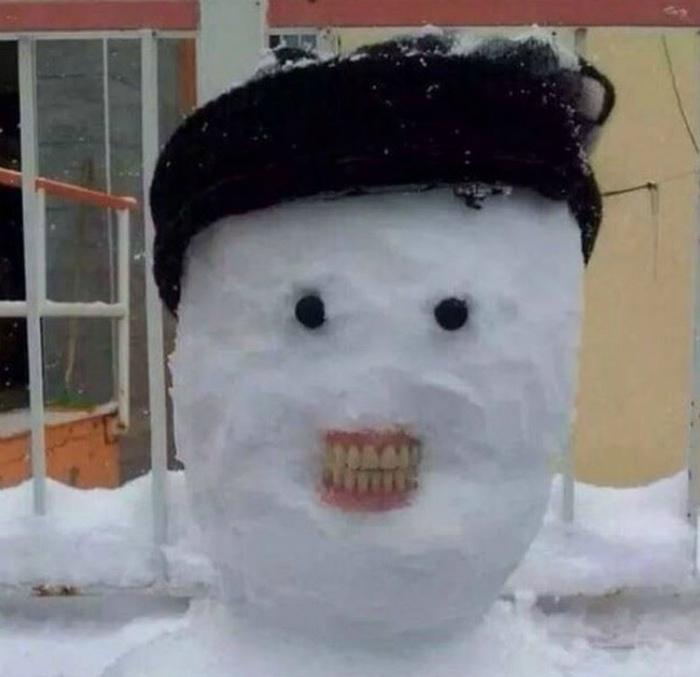 Снеговик возле стоматологической клиники.   Фото: Demotywatory.