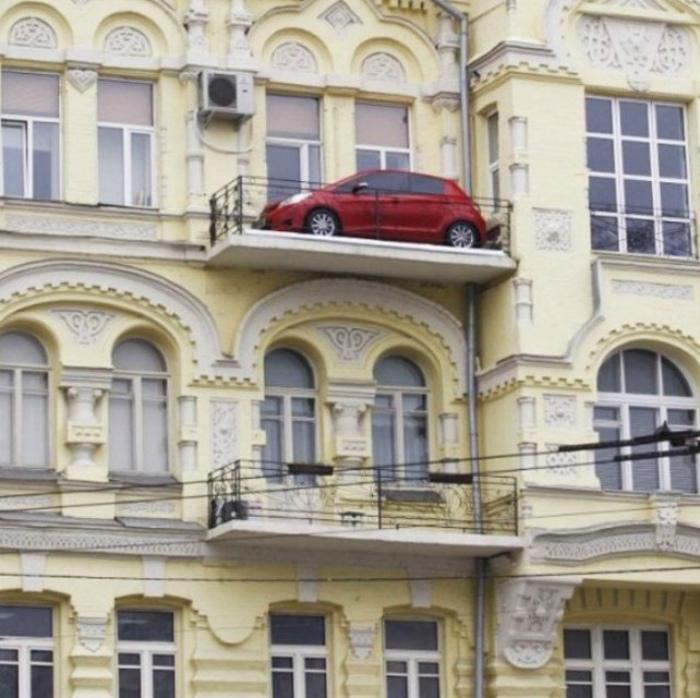 По мнению Novate.ru, собственный балкон - самое безопасное место для парковки! | Фото: Incrivel.club.